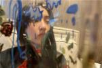 张子枫晒怼脸自拍皮肤吹弹可破 秀创意涂鸦杯子
