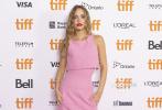 当地时间9月16日,电影《平安夜》(Silent Night)在第46届多伦多国际电影节举行首映礼 。导演Camille Griffin携演员朱迪·斯戴勒、约翰尼·德普女儿莉莉-罗丝·德普等亮相。莉莉身穿粉色短裙俏皮甜美,搂导演亲热合影,备受宠爱。