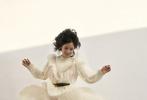 """日前,徐帆与张婧仪合体演绎的《小资CHIC》十月刊封面大片释出。大片中,徐帆以红棕色系服装出镜,气质温婉,与初秋的氛围感相得益彰;张婧仪或身着白色飘逸长裙,跳跃从天而降,鬼马精灵,或身穿卡其色风衣,俏皮发型造型可爱灵动。""""母女""""二人亲密相拥,依偎在阳光下,画面温暖动人。"""