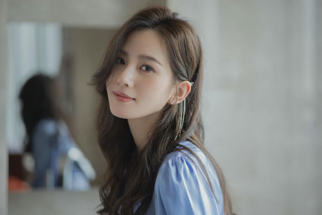 刘诗诗蓝色丝绸长裙优雅灵动 秀细腻侧颜气质温柔_电影交友,电影社区