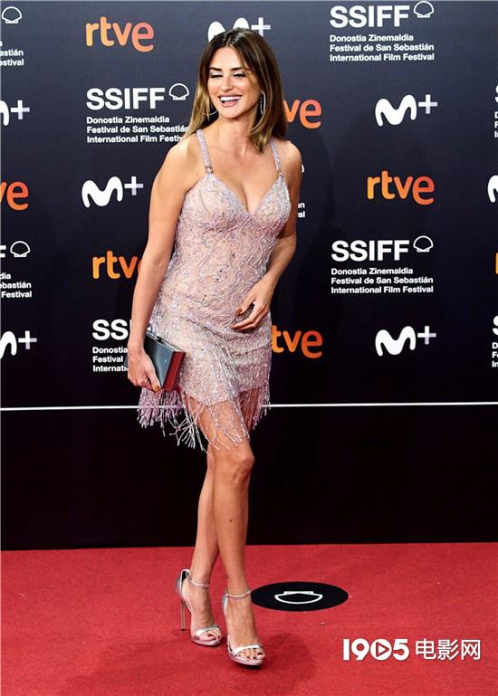 高德平台招商35497西班牙女星佩内洛普亮相圣塞 流苏吊带裙性感火辣