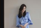 9月17日,工作室分享了一组刘诗诗出席时尚活动的时尚大片。照片中,刘诗诗一身蓝色丝绸长裙优雅灵动,搭配微卷长发,轻挽耳后气质温柔,蓝色眼线又带着一丝小妩媚,侧颜精致状态好。