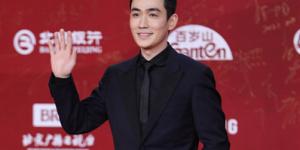 朱一龙亮相北影节开幕红毯 黑西装配短发帅气挺拔