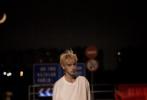 """9月22日,电视剧《打火机与公主裙》官宣了主演阵容,陈飞宇将饰演男主李峋,一个看似桀骜不驯的计算机天才。曝光的路透照中,为了贴合角色陈飞宇染了金发,略显宽松的休闲服饰瞬间将""""痞帅男生""""的气质拉满,与甜美可人的张婧仪搭戏,适配度超高的二人,站在一起就有了小说里的味道!"""