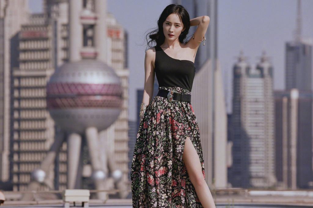 《【杏鑫平台主管】杨幂穿高衩裙秀美腿 卷发配金色臂环满满异域风情》