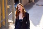 近日,美国演员朱丽安·摩尔现身洛杉矶街头,虽已年过60岁,但依然优雅美丽。她身穿一件刺绣V领纱裙,搭配黑丝,性感撩人。一头金发配红唇,美艳动人。