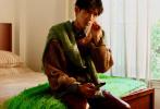 9月23日,陈飞宇登封《SuperELLE》十月刊封面大片发布,驾驭多套秋日穿搭LOOK,现成的作业还不赶快抄起来。叠穿的撞色针织毛衣,暖调光影勾勒少年俊朗轮廓,贝雷帽搭配亮色外套,复古或童趣的多彩时尚毛衣,温暖舒服的格调,让整个秋日氛围更加明亮!