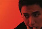 9月23日,陈坤《ELLEMEN》十月刊封面释出。光影斑驳下陈坤眼神自在而坚定,演绎多套初秋潮流搭配。极简服装与简约置景将陈坤举重若轻的表现力更加凸显,传递出或静谧或霸气或自在的情绪。