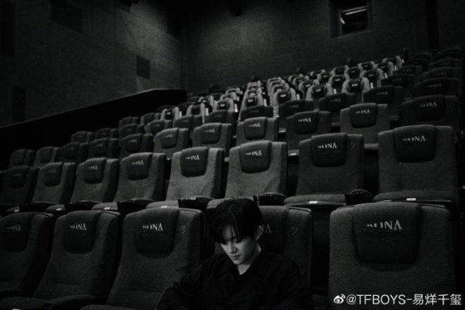 高德平台招商35497易烊千玺出席《长津湖》首映礼 晒活动黑白幕后照