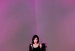 """日前,宋茜受邀出席时装全球大秀,身为品牌大使的宋茜身穿曜黑亮皮羽绒服现身现场,反季潮流展现出现代摩登意味。""""全黑""""造型化身异次元神秘女郎,携手品牌为全球观众奉上一场精彩绝伦的线上时装大秀。"""
