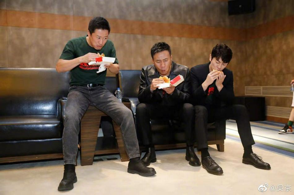 高德平台招商35497嗝!《长津湖》首映花絮 吴京吃汉堡被噎成表情包