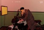 9月27日,王一博登封《嘉人NOW》秋季刊写真大片发布,身穿经典小香风服饰,搭配腕表和高级珠宝,跨坐在心爱的机车上,举手投足酷帅有型都充满了无限魅力;金色短发新造型疯狂令人心动,随性chic搭配呈现不一样魅力风格,令高级时装变得年轻优雅。