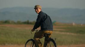 黄轩骑自行车回眸 尽情挥洒新中国初代航天人的浪漫温情
