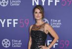 当地时间2021年10月8日,第59届纽约电影节在美国纽约闭幕,西班牙女演员佩内洛普·克鲁兹现身闭幕红毯。当晚,佩内洛普·克鲁兹身穿一条亮面纱裙,美丽迷人。