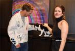 """当地时间2021年10月10日,传记电影《路易斯·韦恩的激情人生》在伦敦举行特别放映活动,导演福田知盛携主演""""卷福""""本尼迪克特·康伯巴奇、克莱尔·芙伊出席。有趣的是,在影片中饰演韦恩家宠物猫Peter的喵星演员也来到了现场,""""卷福""""立刻化身猫奴,和克莱尔·芙伊现场撸猫,气氛欢乐。"""