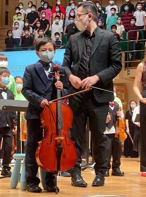 高德平台招商35497郭晶晶与家人同看儿子演出 霍中曦穿西装登台演奏