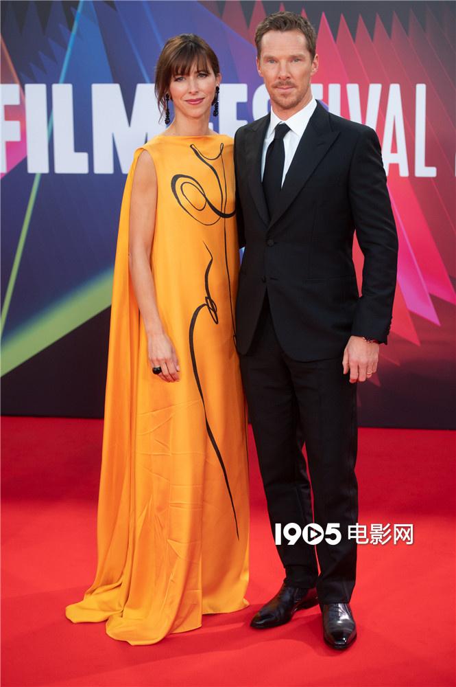 高德娱乐平台卷福携妻子出席《犬之力》首映 甜蜜对视频放闪