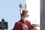 """日前,一组《查理与巧克力工厂》前传电影《旺卡》的全新片场照曝光,全方位展示了男主角""""甜茶""""蒂莫西·柴勒梅德的角色造型。"""