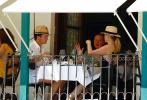 """当地时间10月10日,西班牙马德里,阿德里安·布罗迪、布莱恩·科兰斯顿、杰夫·高布伦等现身导演韦斯·安德森新片《小行星城》的拍摄现场。2个月前,刚刚生下二胎宝宝的""""寡姐""""斯嘉丽·约翰逊也已绝美的金色盘发造型现身。"""