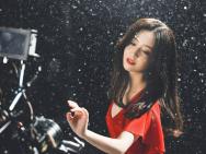 绝!佟丽娅出演张杰MV 穿红裙雪中起舞唯美又浪漫
