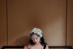 日前,一组杨幂全新复古写真大片曝光。照片中,杨幂身着一袭白色开叉吊带裙,佩戴纯白发冠,以轻纱遮面、蝴蝶配饰为点缀,卷发红唇造型精致高雅,纤细腰肢与修长美腿展露无遗,明艳动人。
