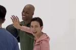 卢靖姗直播玩篮球与马布里比手 俏皮互动活力十足