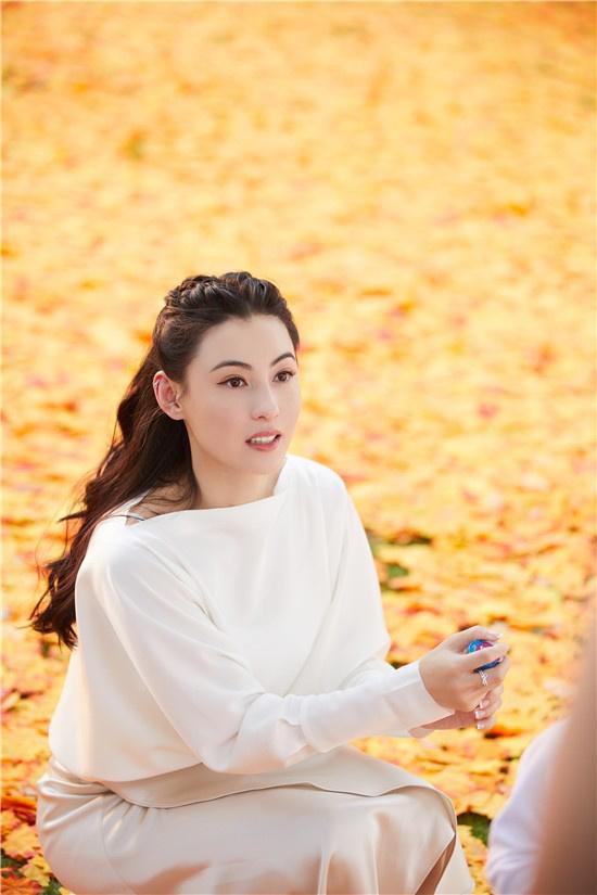 《【杏鑫平台代理奖金】张柏芝秋日氛围大片曝光 气质温柔优雅笑容治愈》