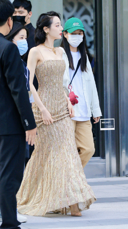 《【杏鑫平台待遇】女明星来了!热巴穿鎏金吊带裙 复古短发经典优雅》