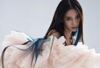 10月14日,Angelababy登封《时尚芭莎》11月刊封面大片释出。照片中,Angelababy孔雀蓝的长发挑染超吸睛,搭配富有层次感的针织贴身套装,增添不少前卫时尚感。冷艳酷美的姿态,亦酷亦柔美;高级大气又养眼,表现力十足。 