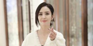 佟丽娅结束综艺录制 对镜比心皮肤白皙甜笑动人